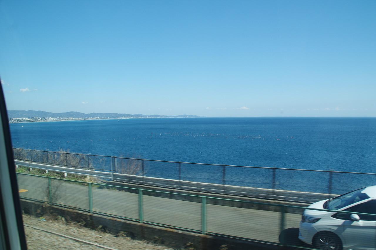 並行道路と海