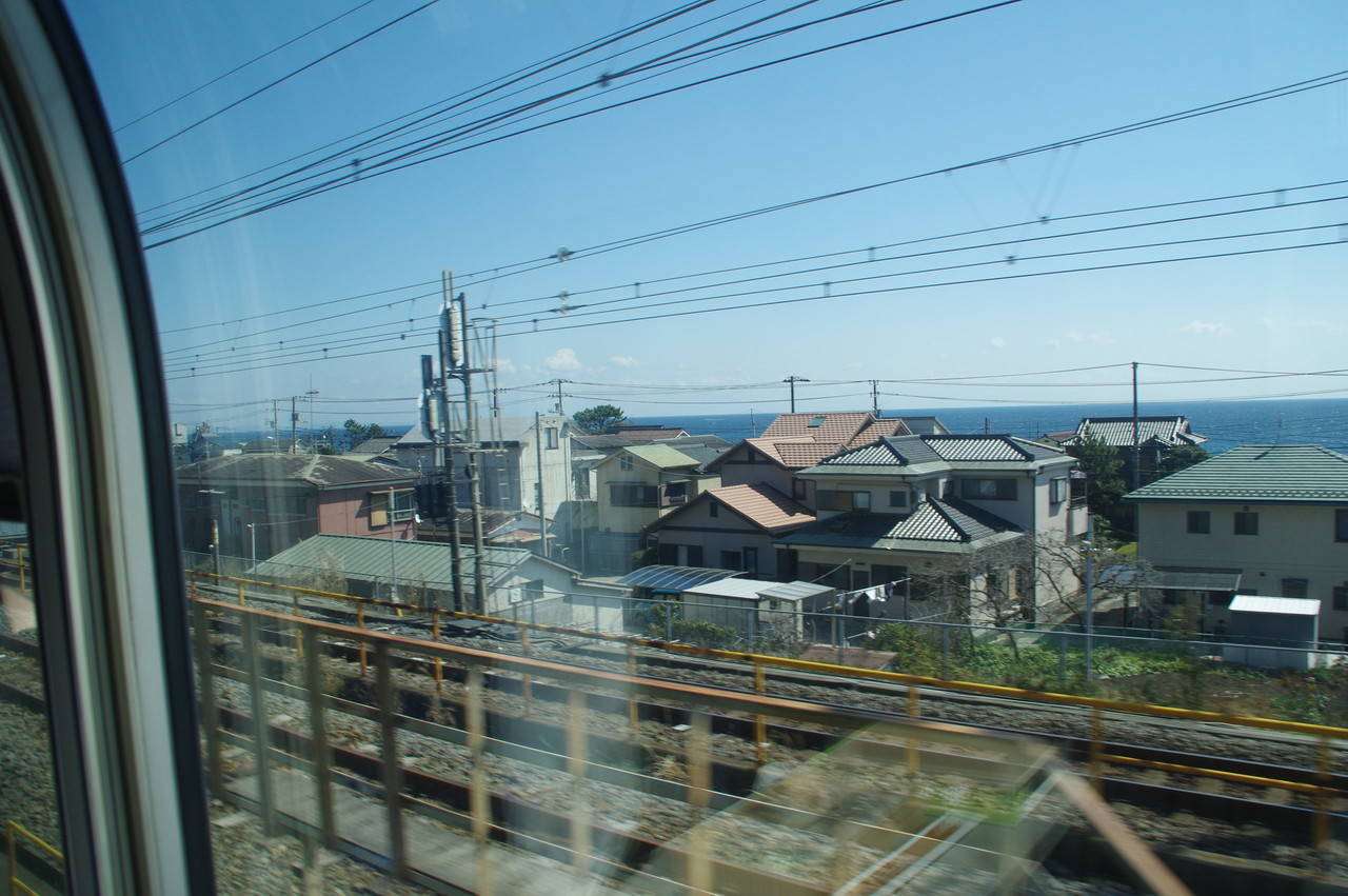 住宅街と海