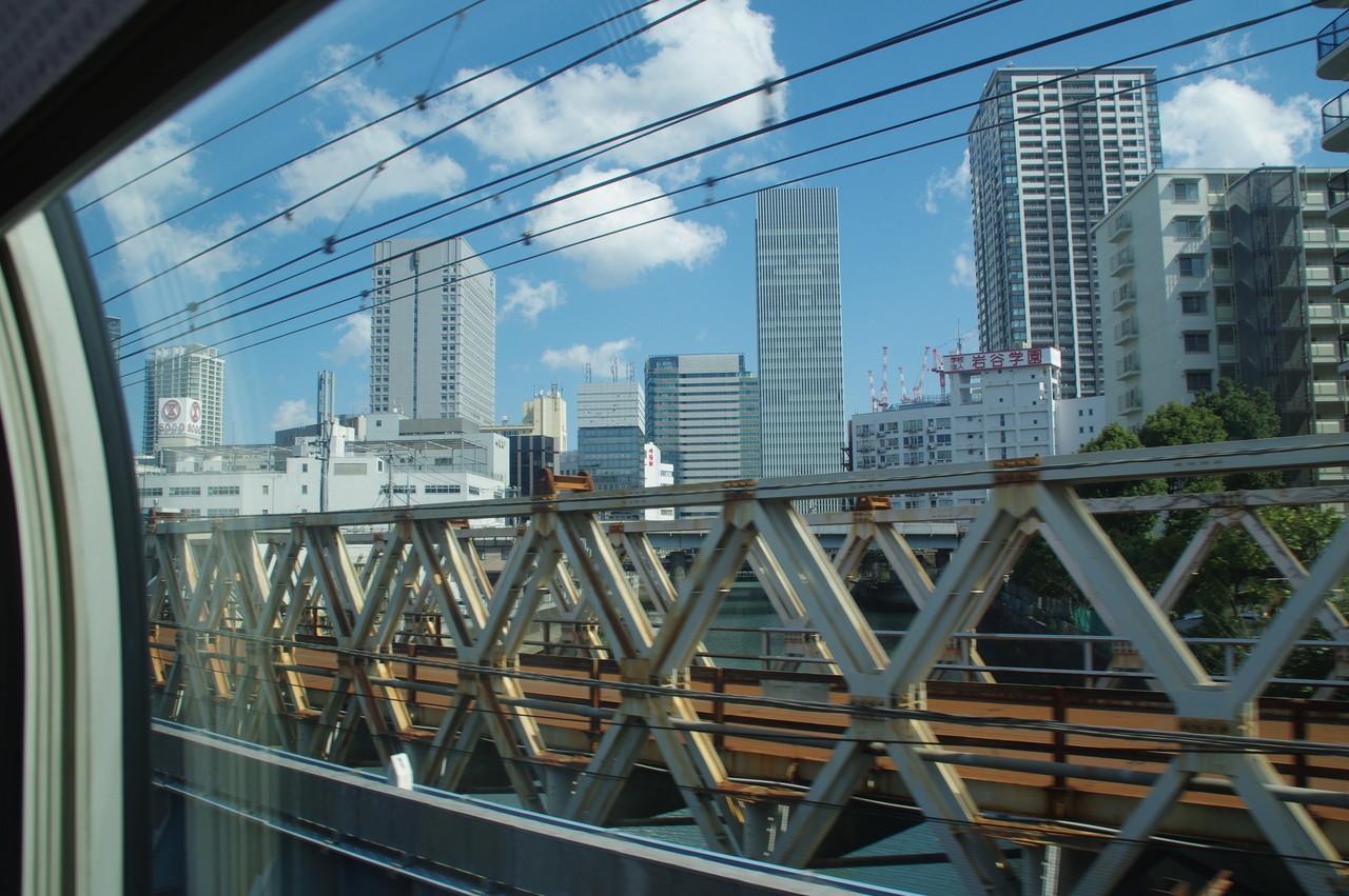 横浜のビル群と運河