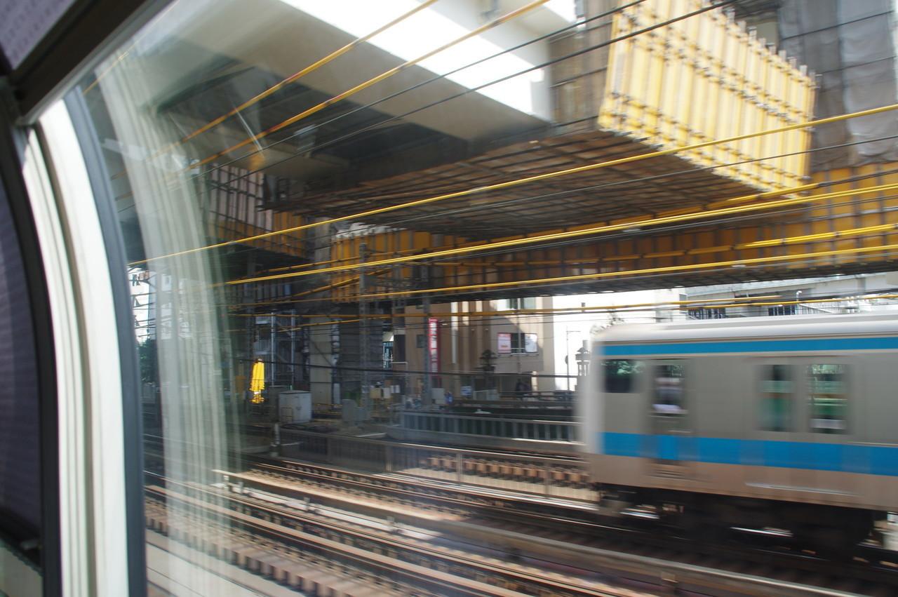 京浜東北線の電車と高架橋