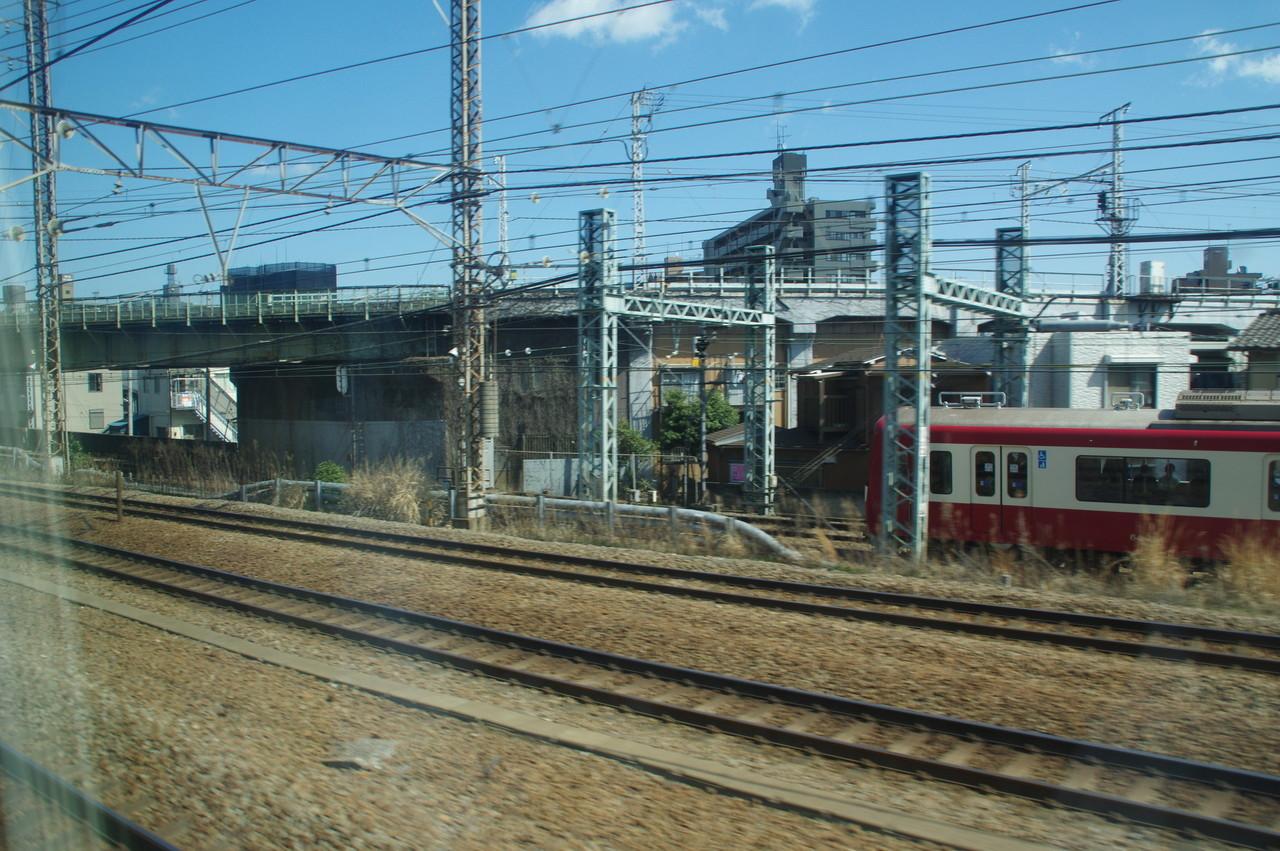鶴見線の高架橋と京急600形
