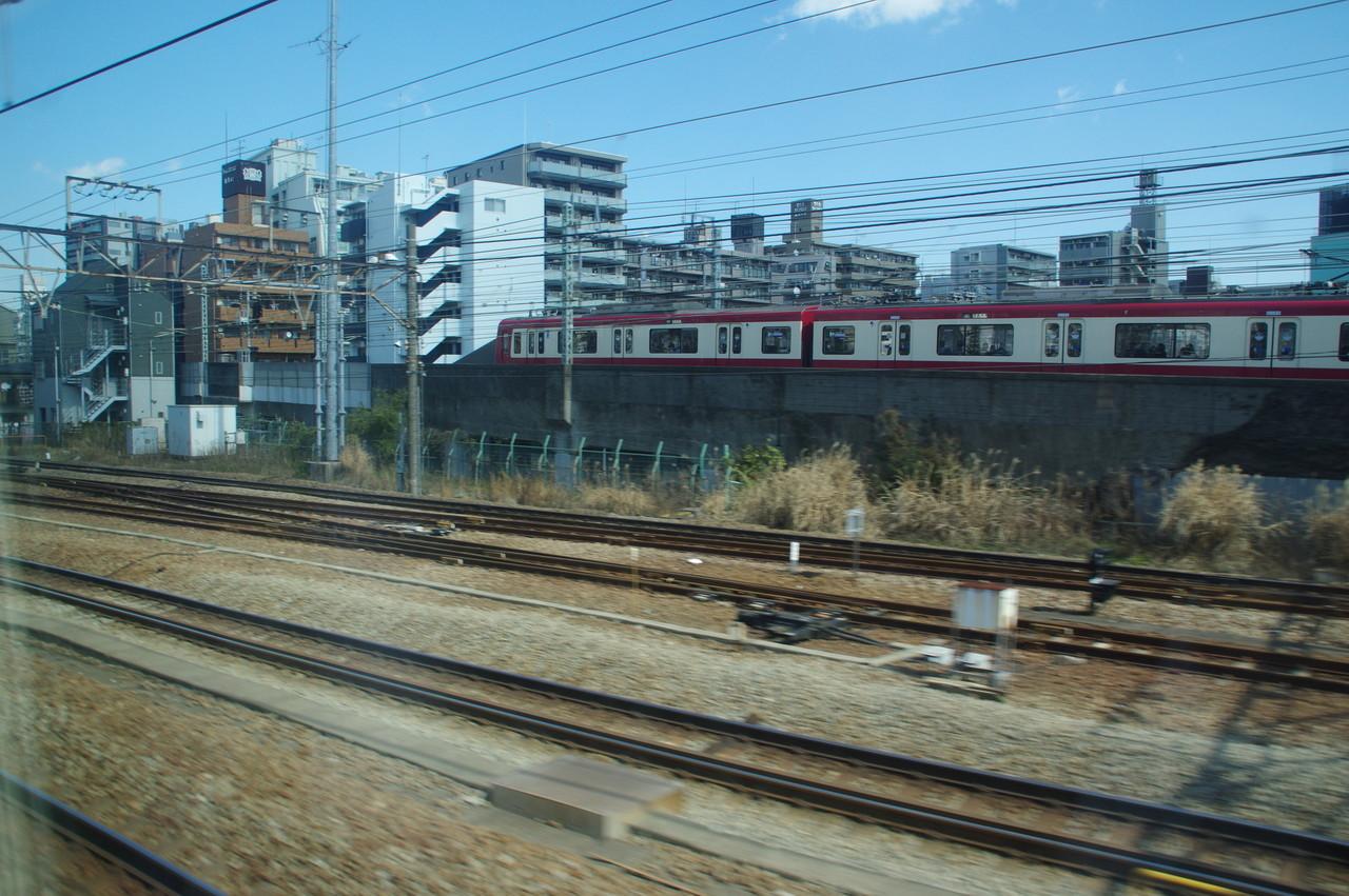 高架線に入る京急600形