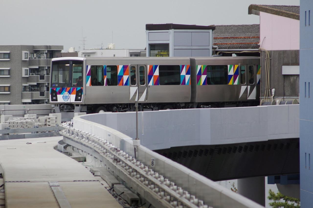 横浜シーサイドライン2000型第33編成 2両目まで