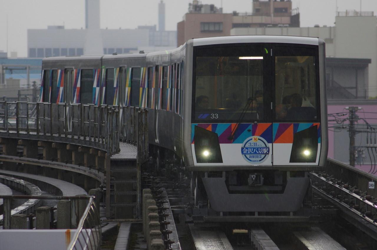 横浜シーサイドライン2000型第33編成 カーブ通過中
