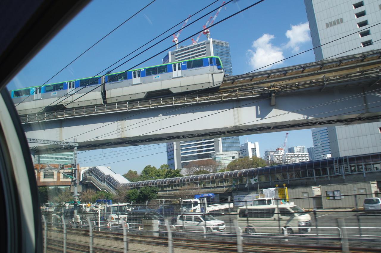 東京モノレール10000系と通路