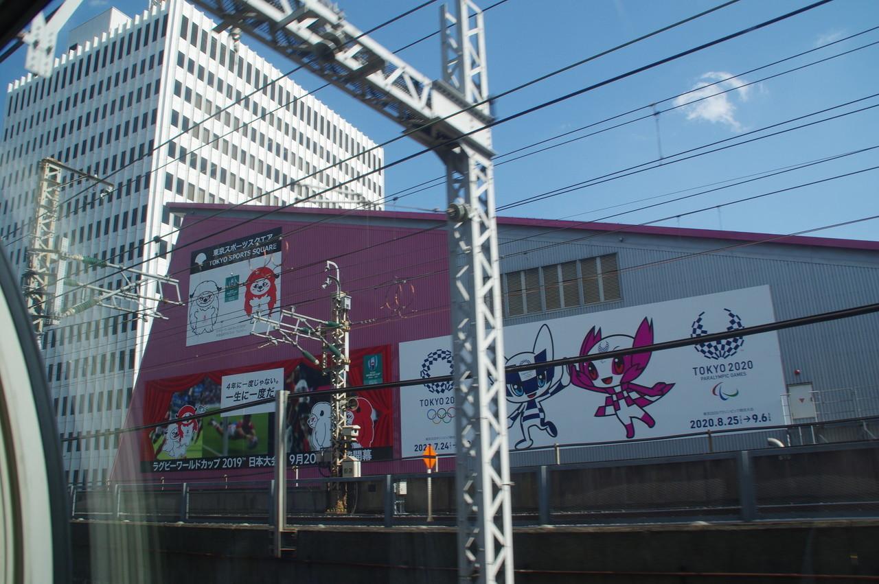 スポーツスクエア壁面のオリンピック広告