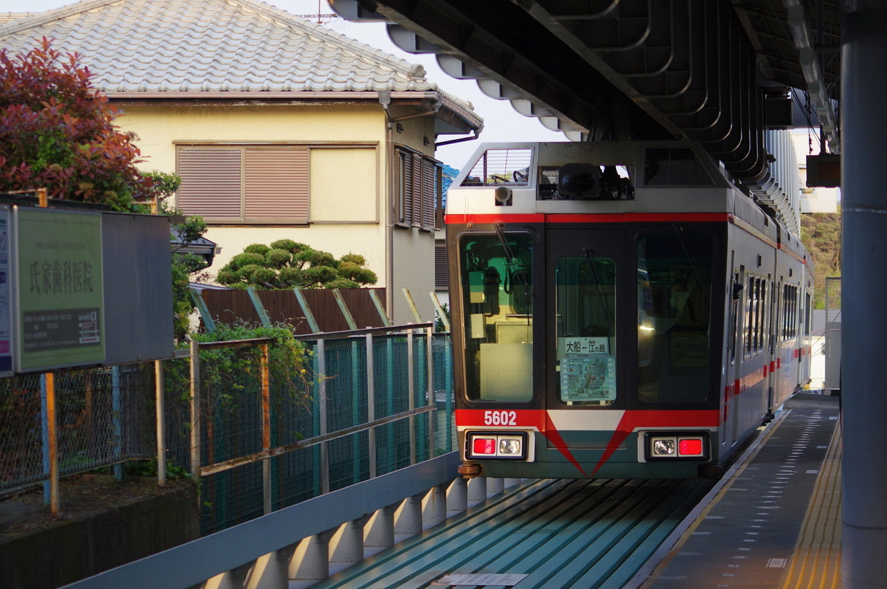 片瀬山駅を発車する5601編成