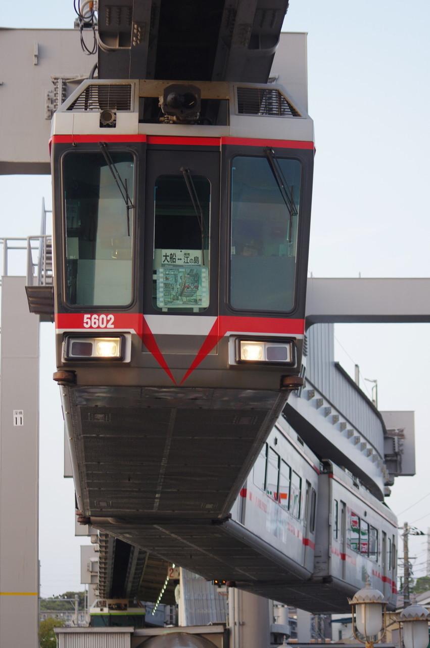 深沢駅を発車する5601編成