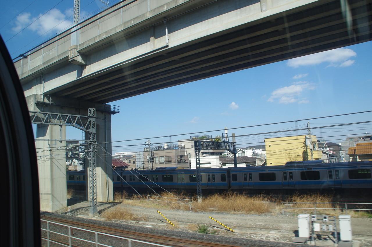 新幹線高架とE233系