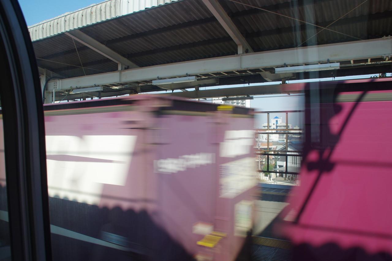 古河駅と通過貨物列車