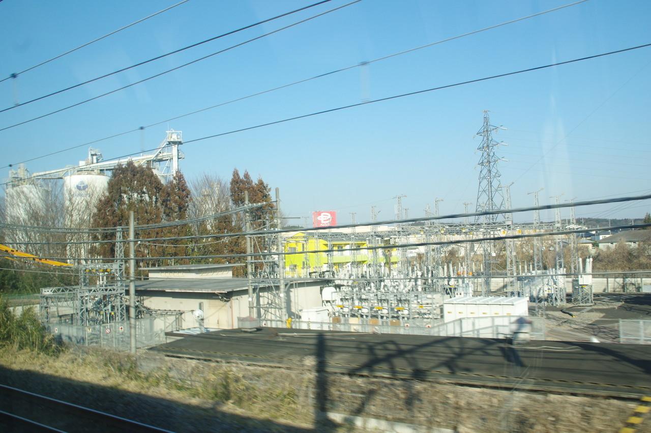 変電施設とセメントタンク