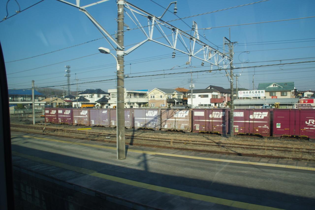 矢板駅のホームと貨物コンテナ