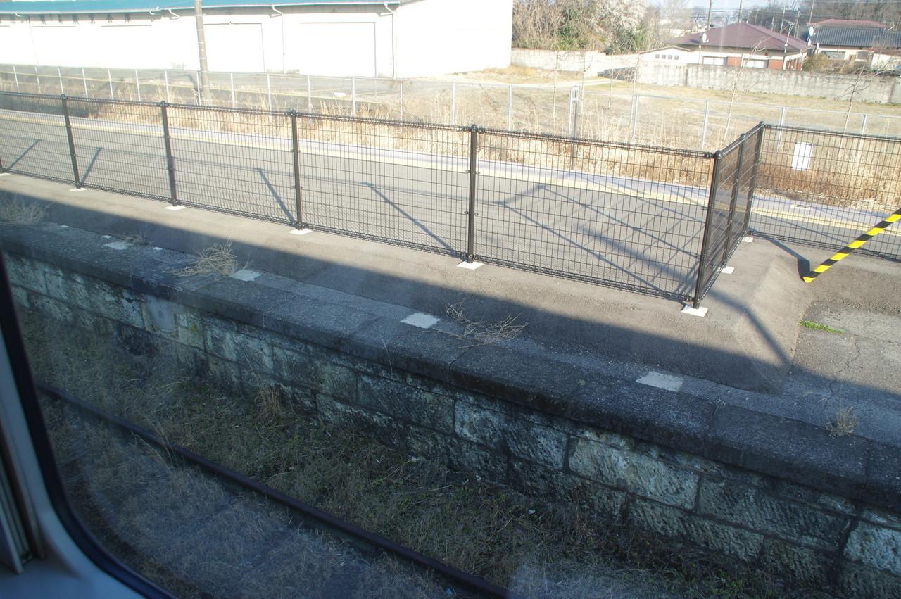 野崎駅のホームと2番線