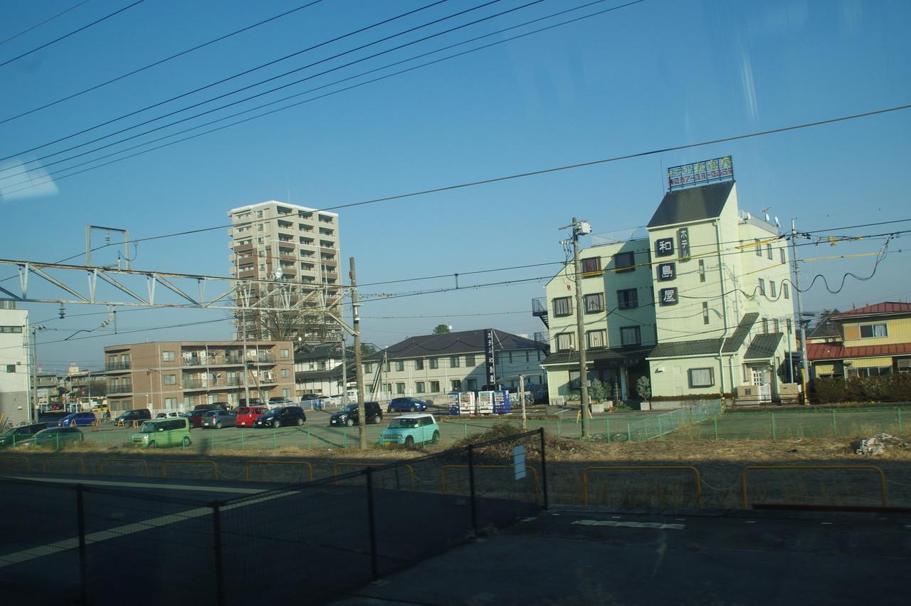 西那須野駅のホームと駅前ホテル
