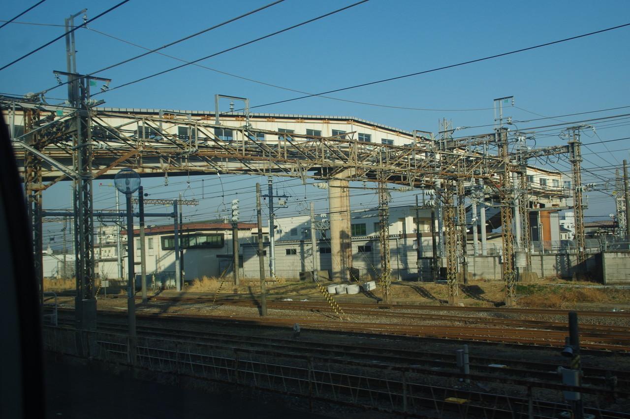 複雑な架線柱と跨線橋
