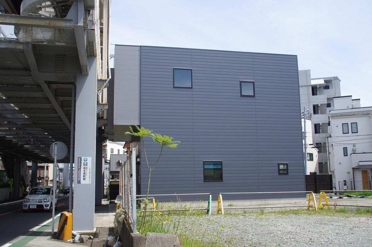 駅舎の側壁面と空き地