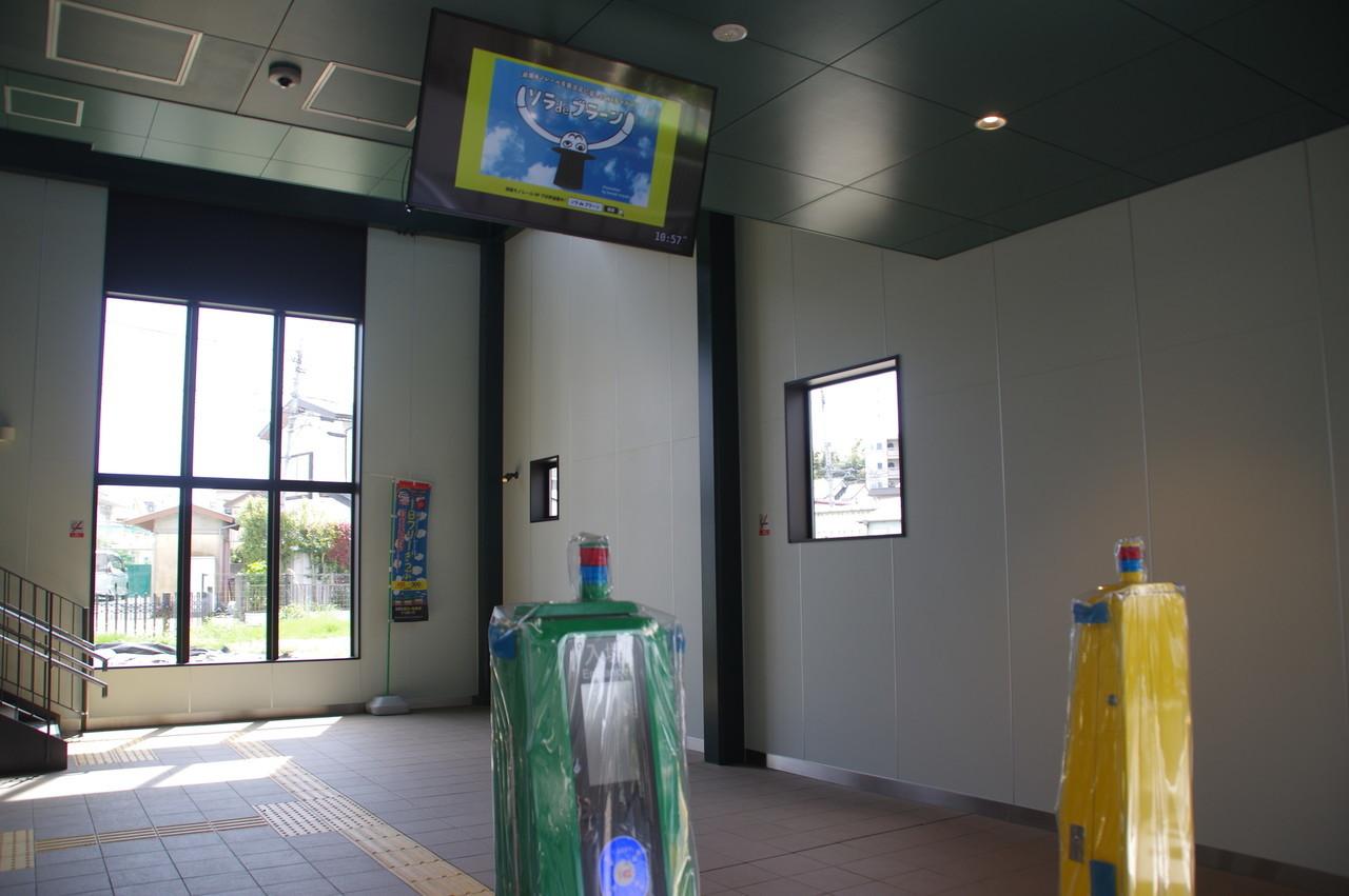 IC簡易改札機と天井モニタ