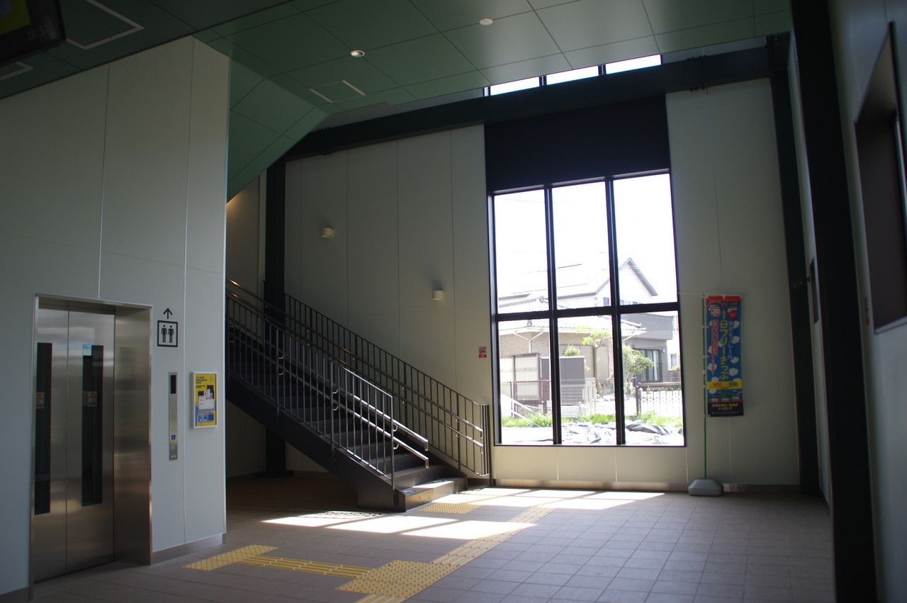 階段の降り口と窓