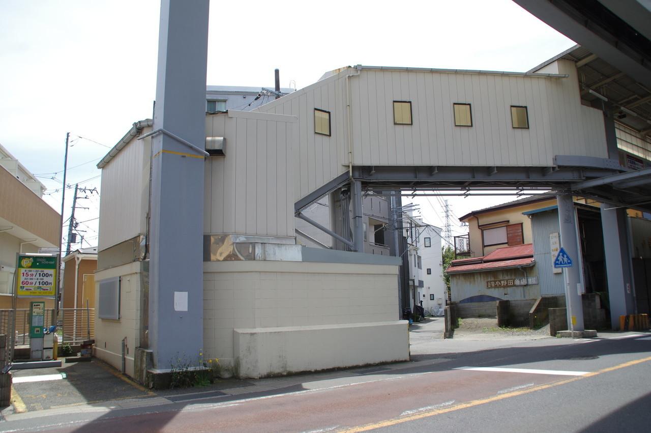 駅舎と駐車場