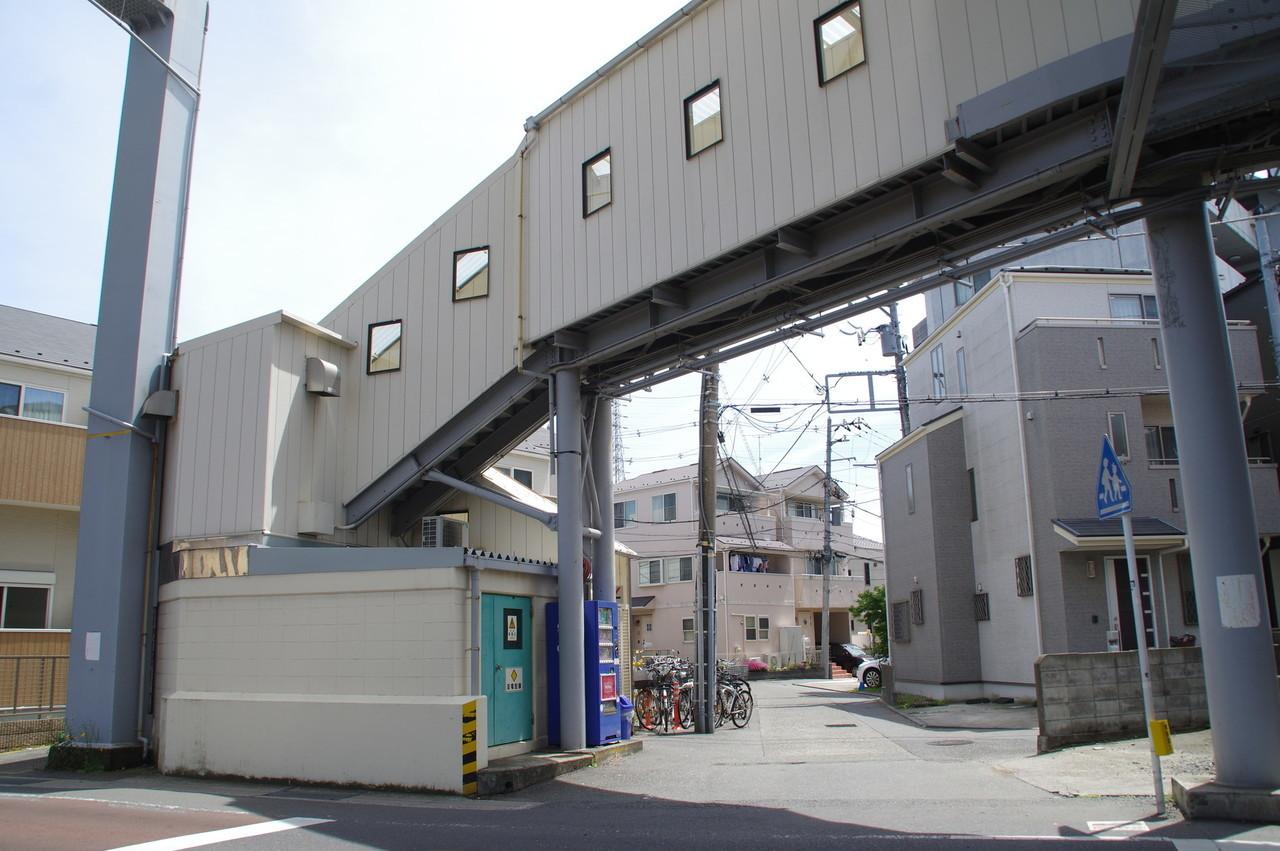 駅舎と変電設備室