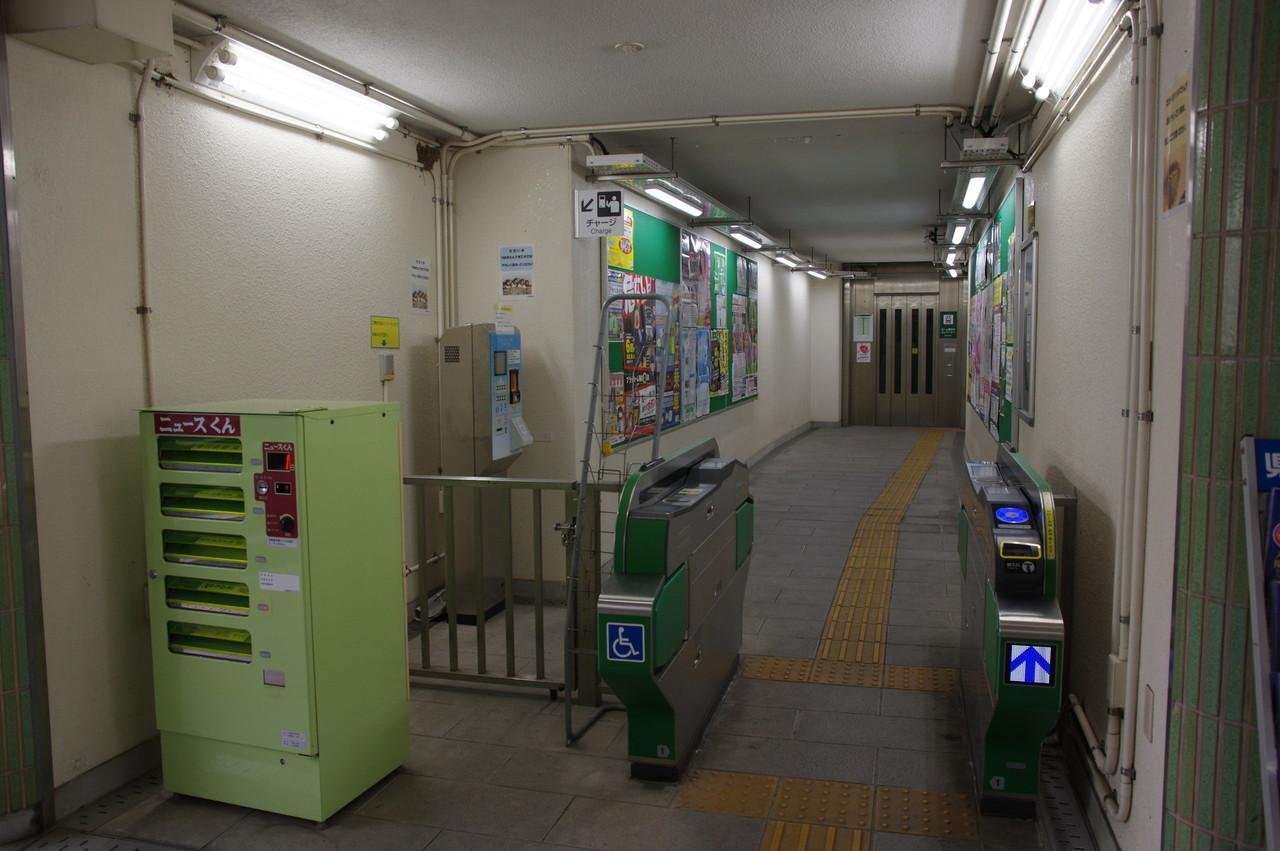 エレベーター専用の改札口と新聞自販機