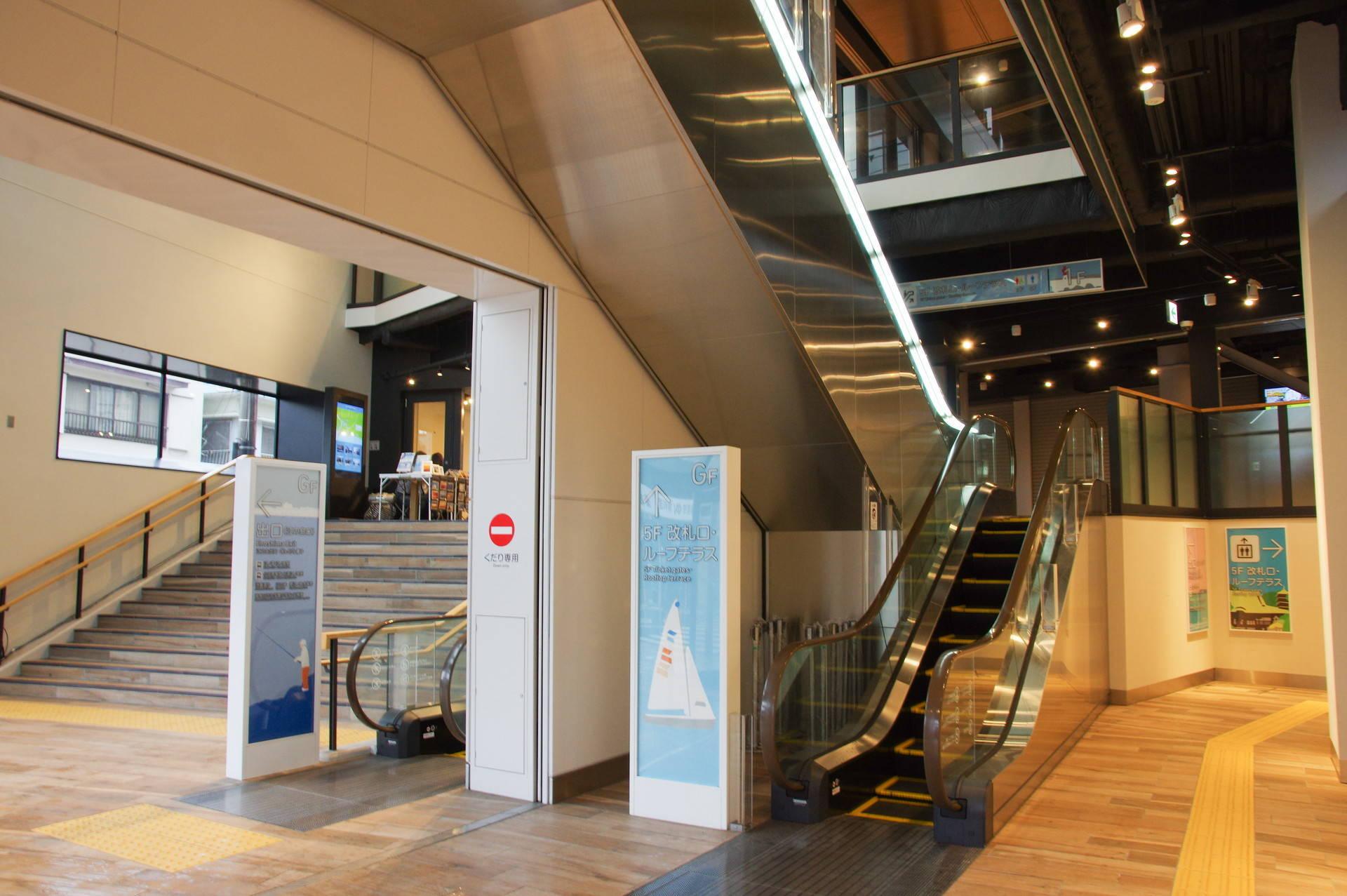 G階~1階のエスカレーターとエレベーター通路