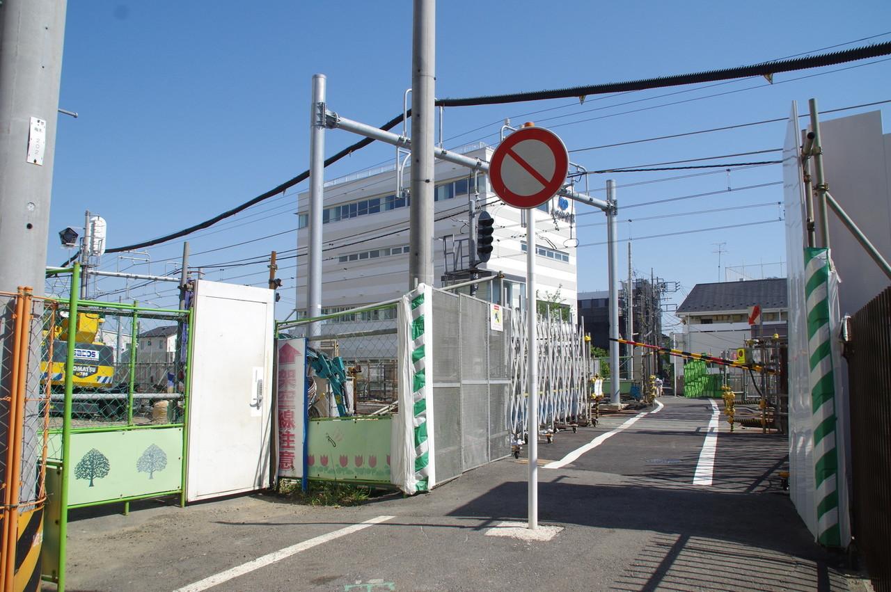 上星川8号踏切の入口と標識