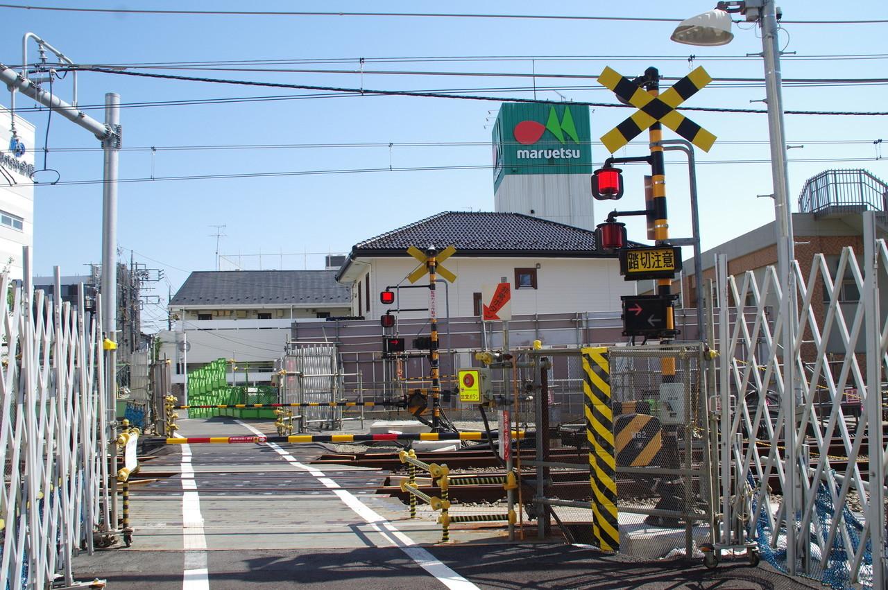 上星川8号踏切の警報機と通路