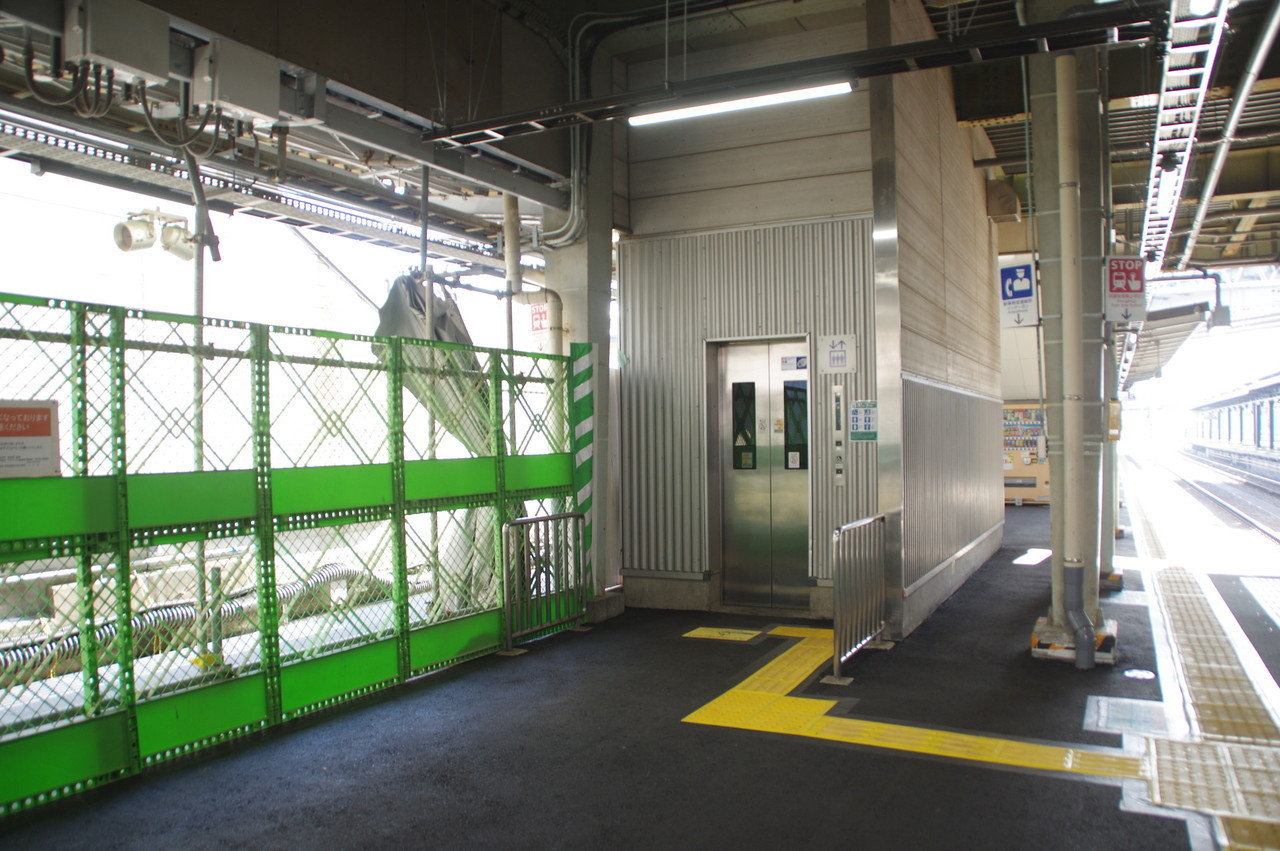エレベーターとフェンス