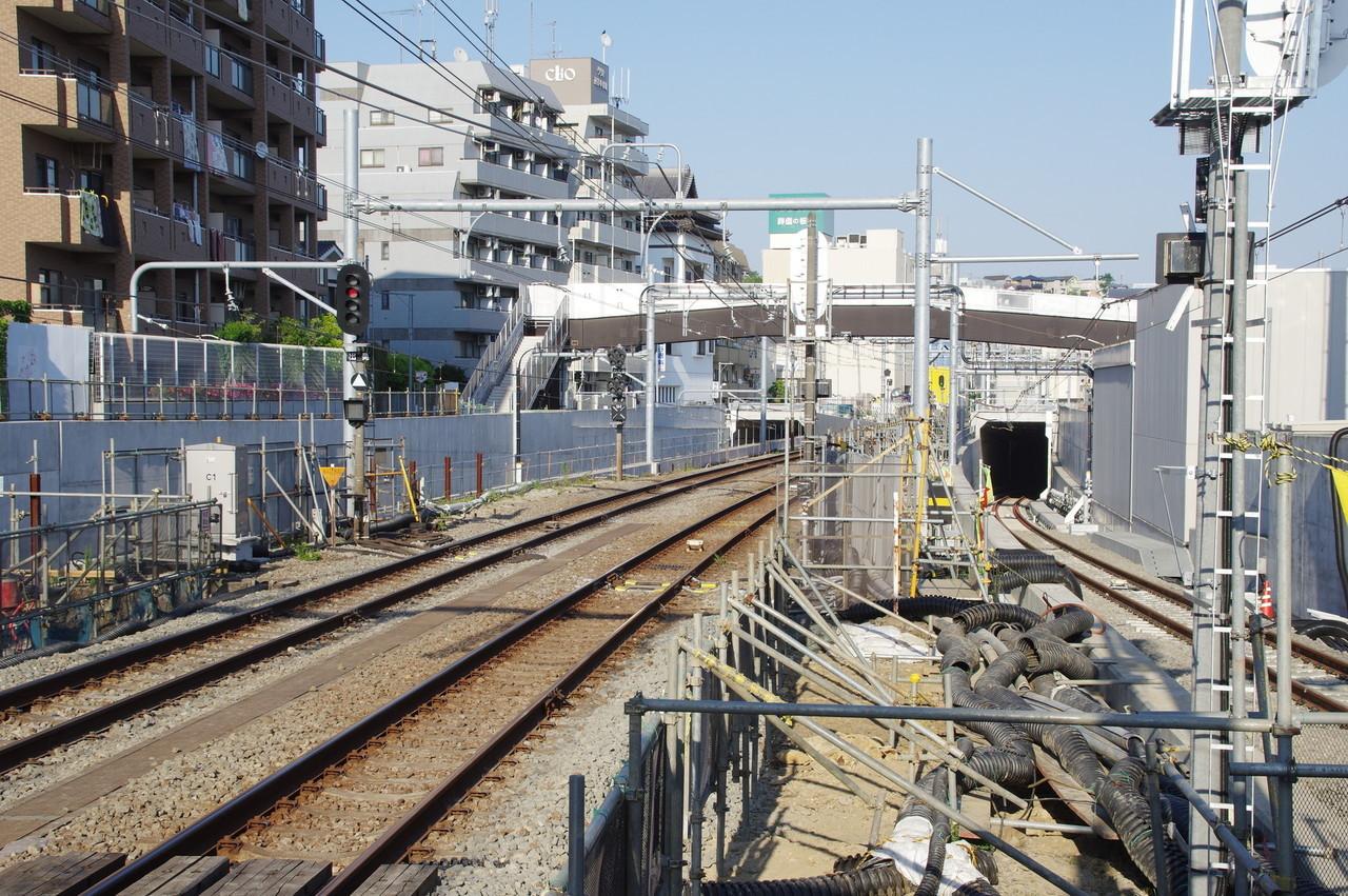 一体型の架線柱と人道橋