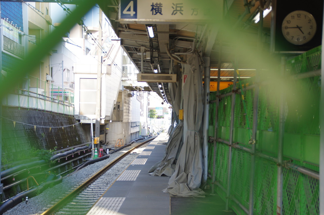「横浜方面」の案内サインが残る、4番線の工事現場