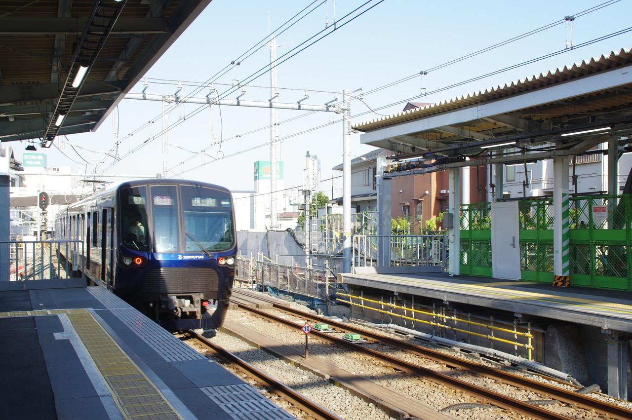 横浜方面へ発車する20000系