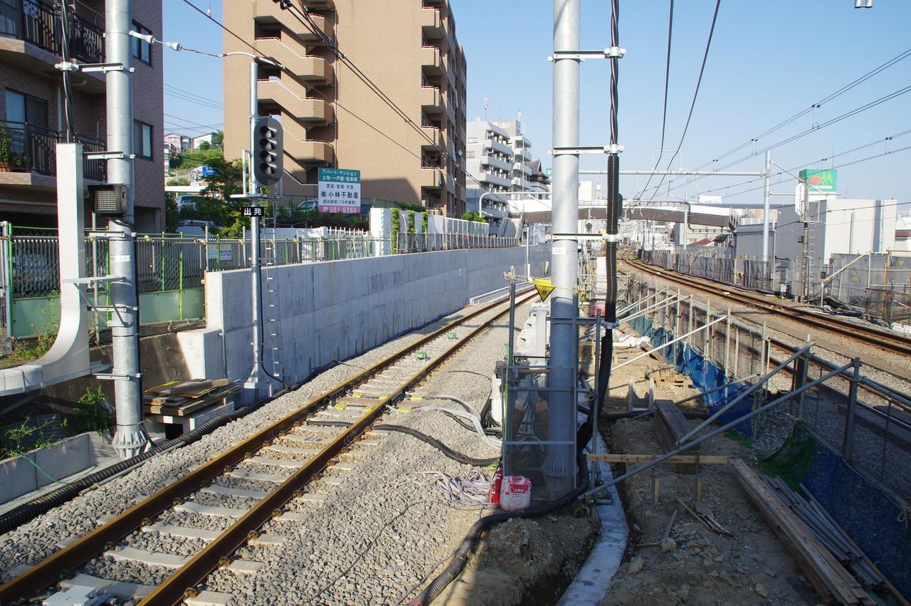 羽沢方面線の出発信号機と線路