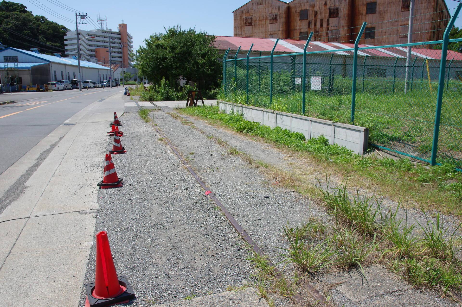 カラーコーンが並ぶ国有地脇の線路跡