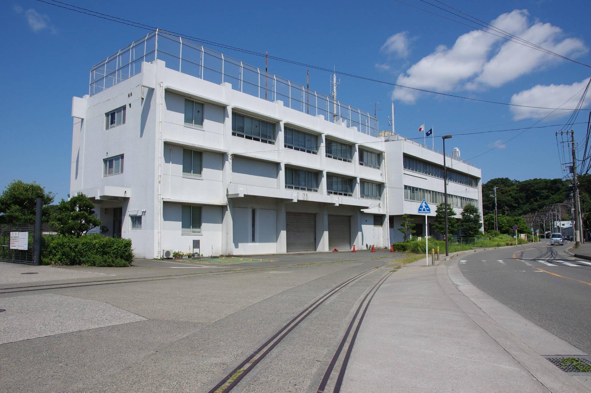 庁舎と線路