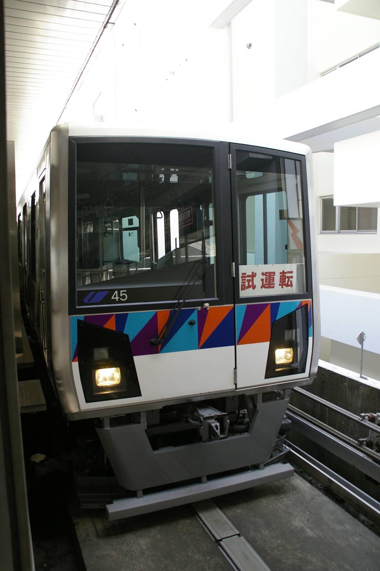 白熱灯仕様の2000型第45編成(試運転中)