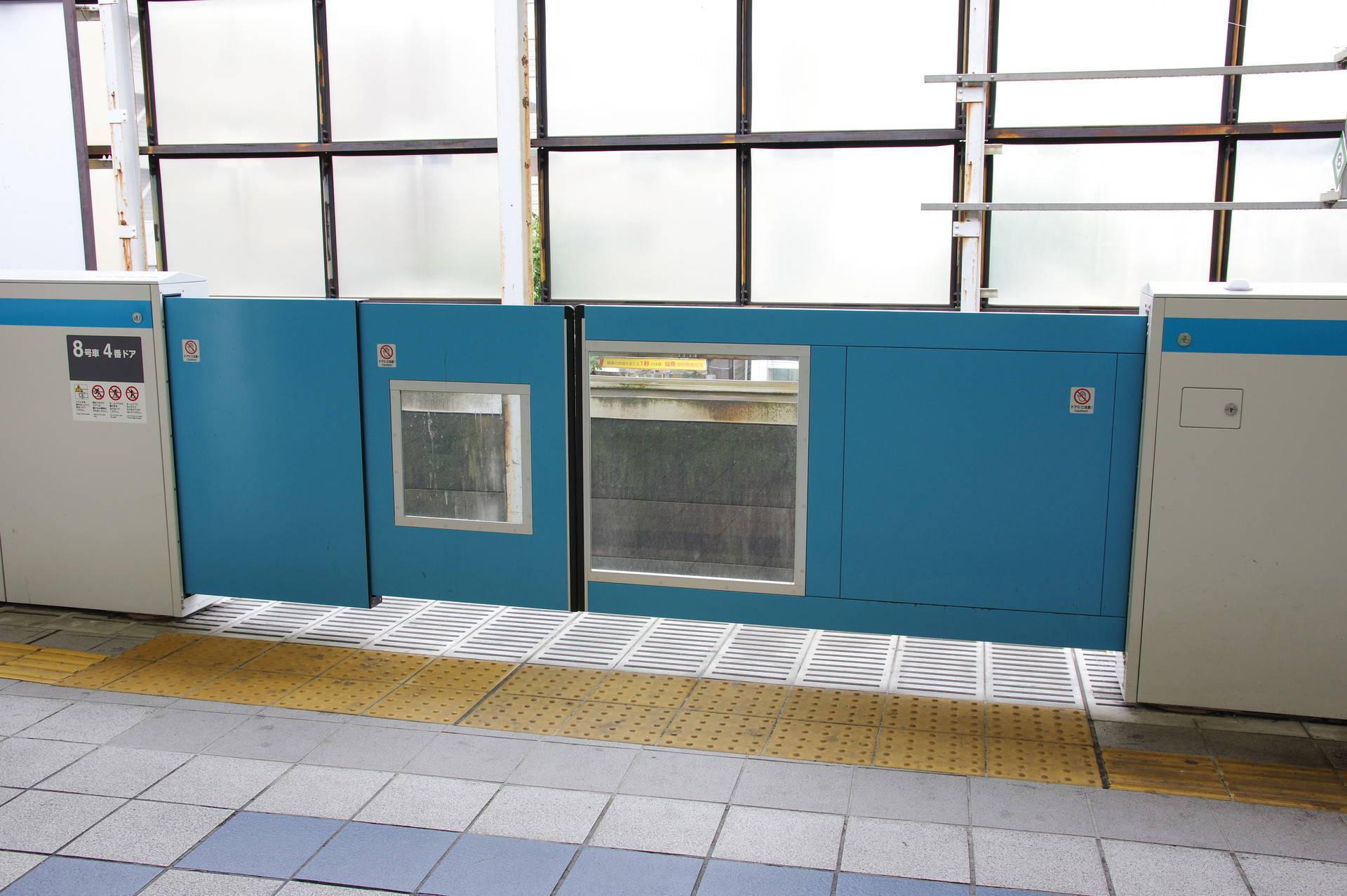 4番線の多段式ホームドア