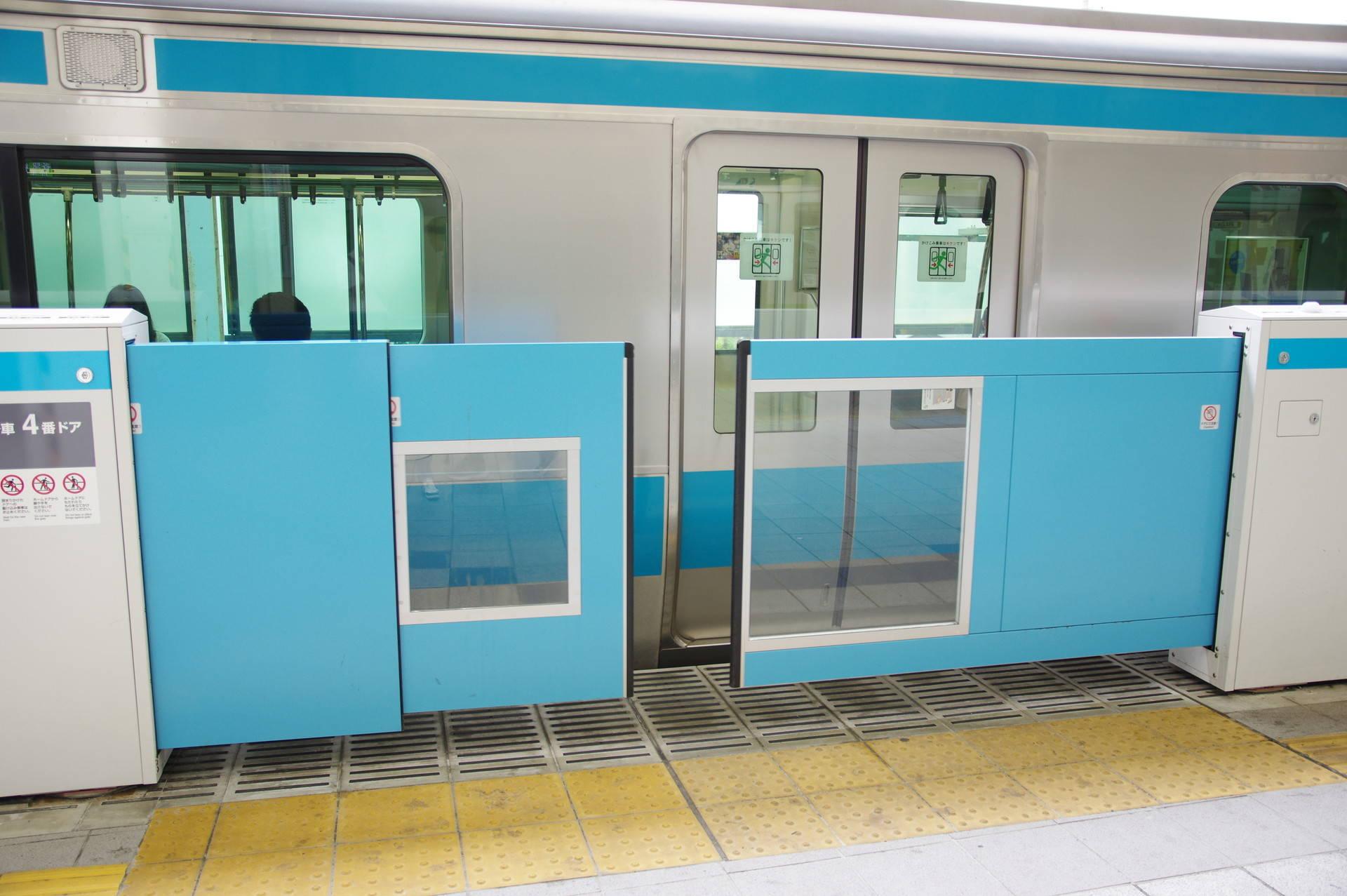 開閉中の多段式ホームドアと、京浜東北線のドア