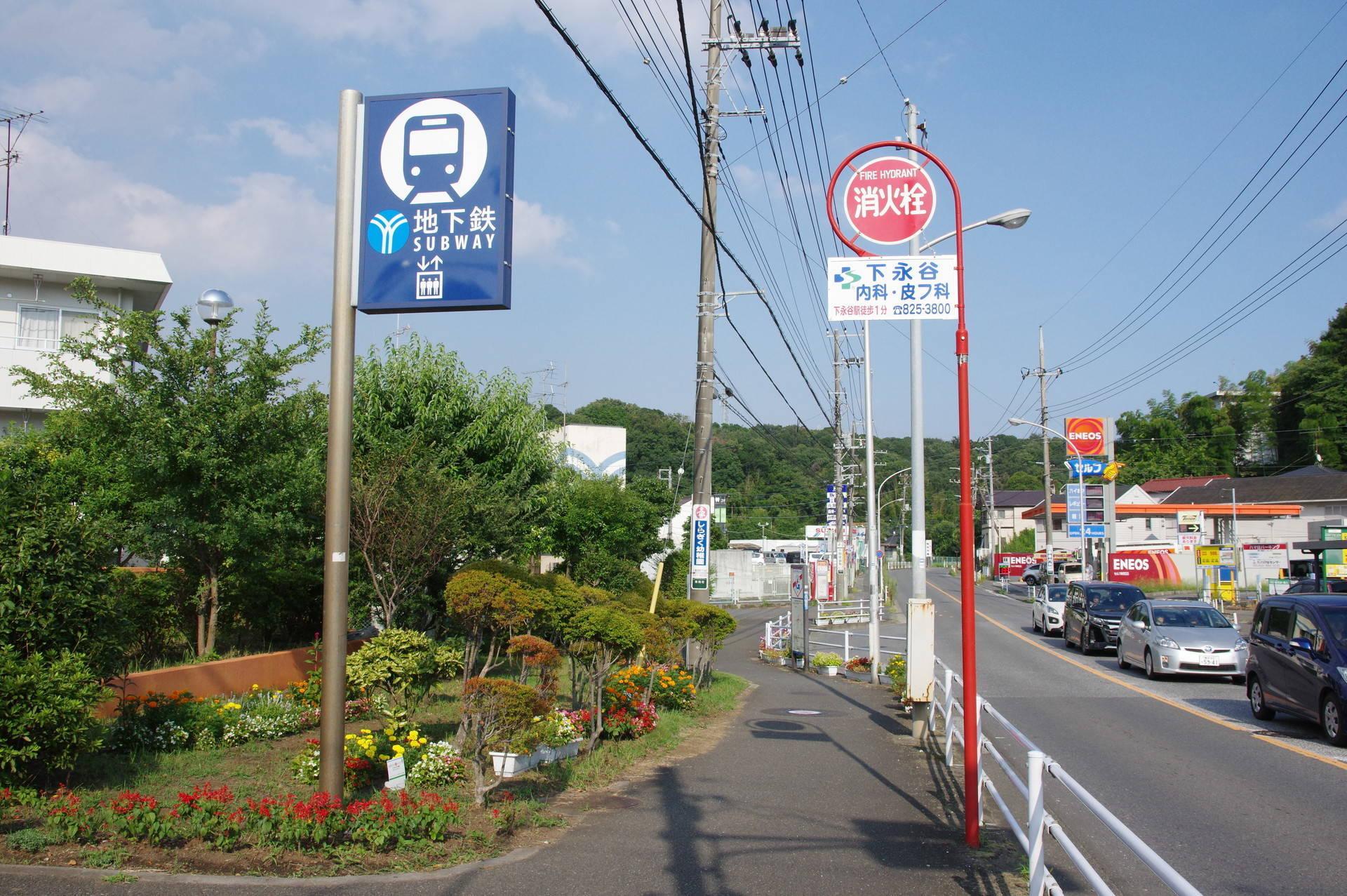 花壇とバス停