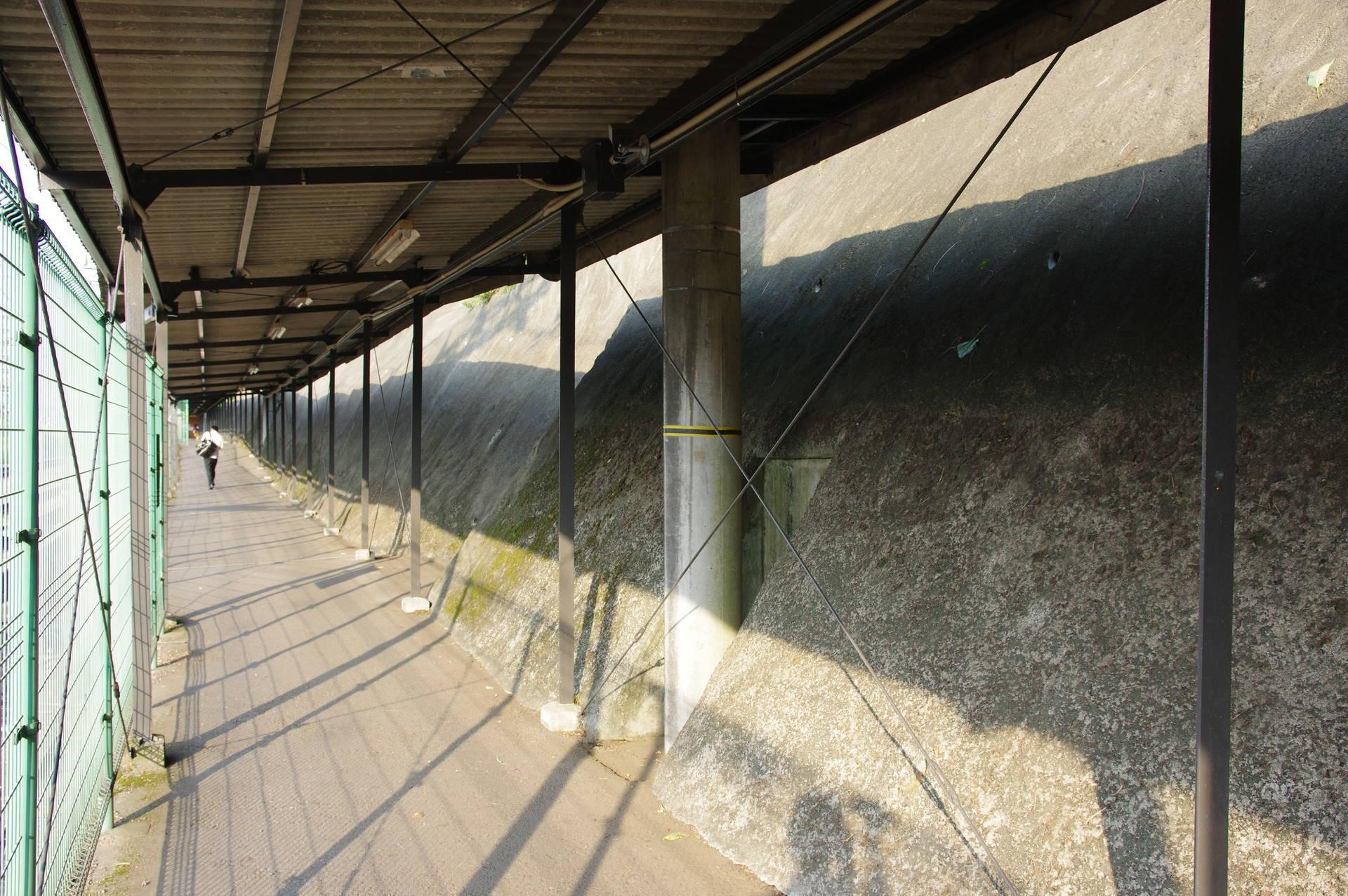 架線柱と通路