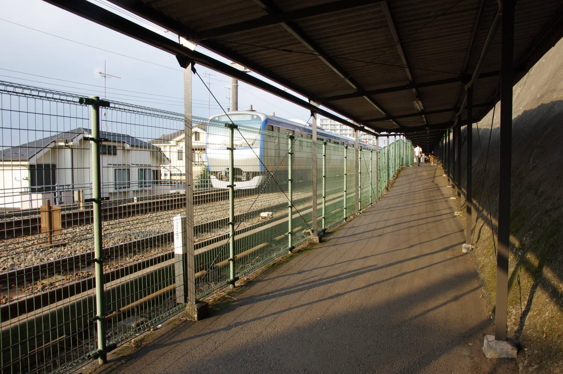 通路が高くなっている箇所と電車