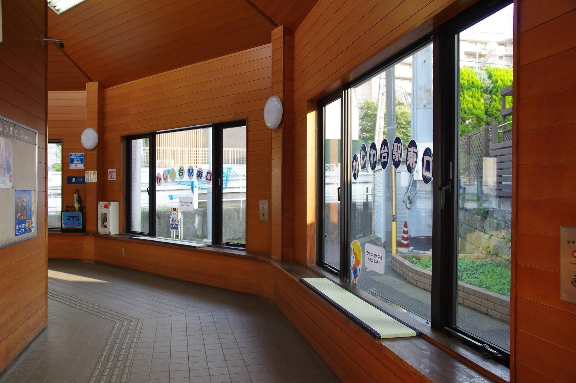 東口駅舎内部の畳ベンチ