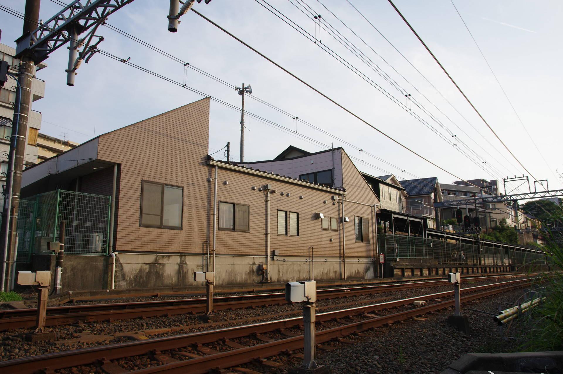 踏切の反対側から見た東口駅舎