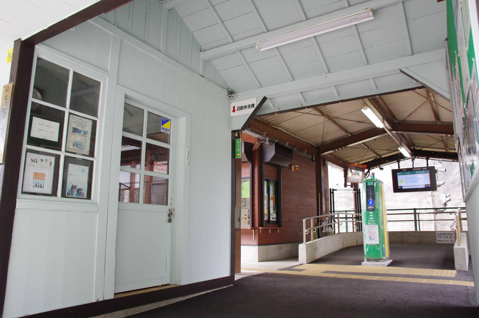 明るい色合いの旧駅舎内装
