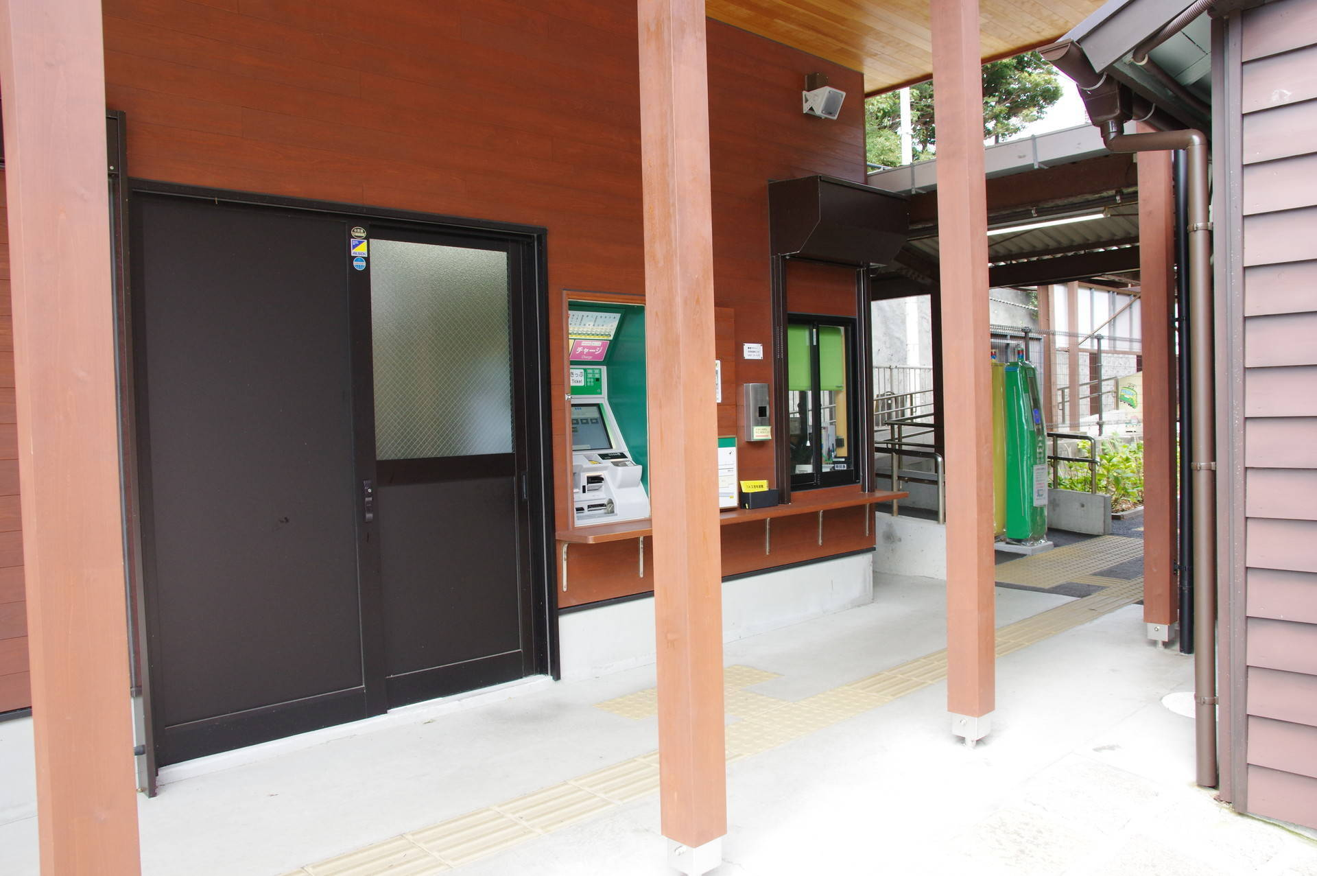 自動券売機と駅事務室