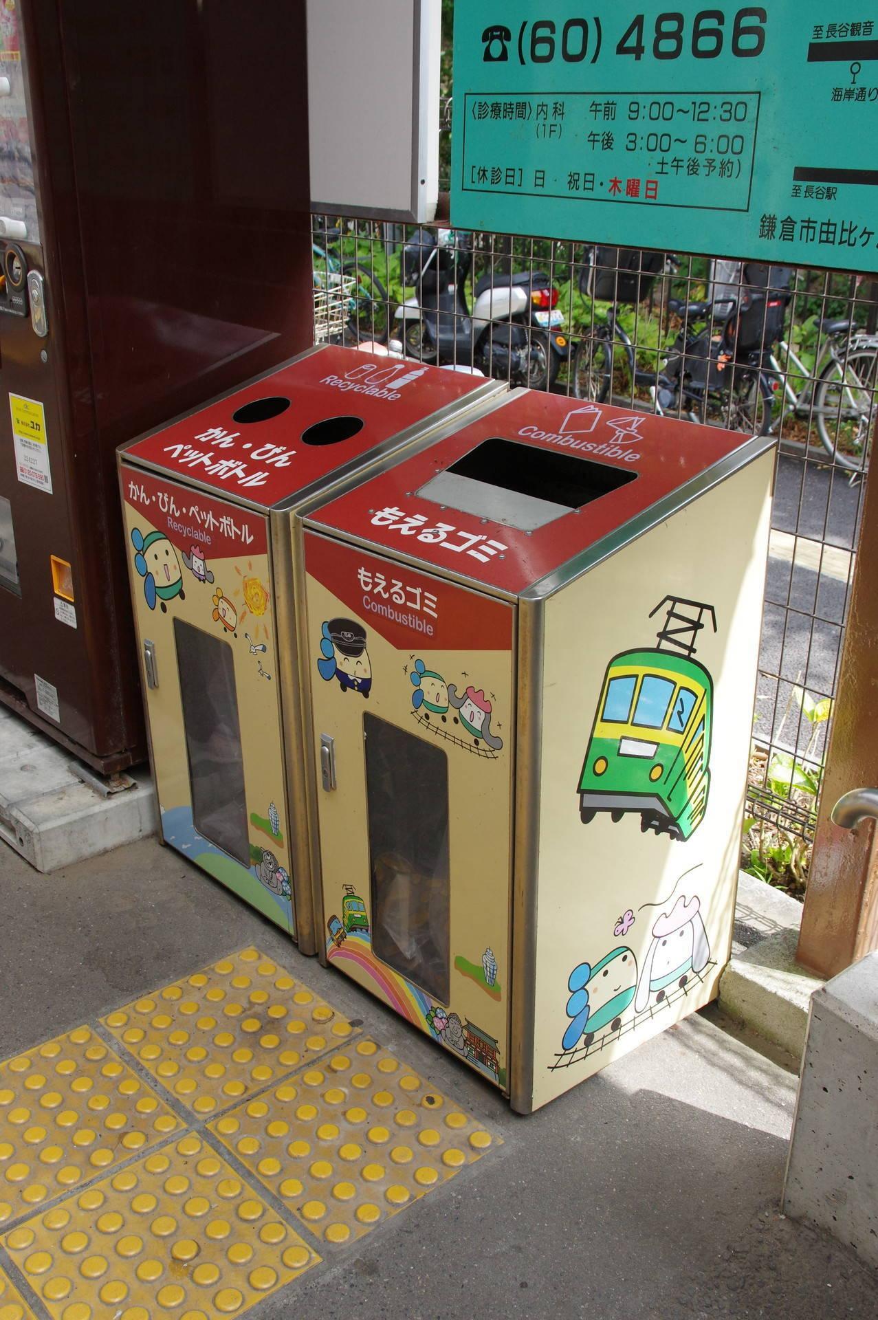 えのんくんなどのイラストが描かれたゴミ箱