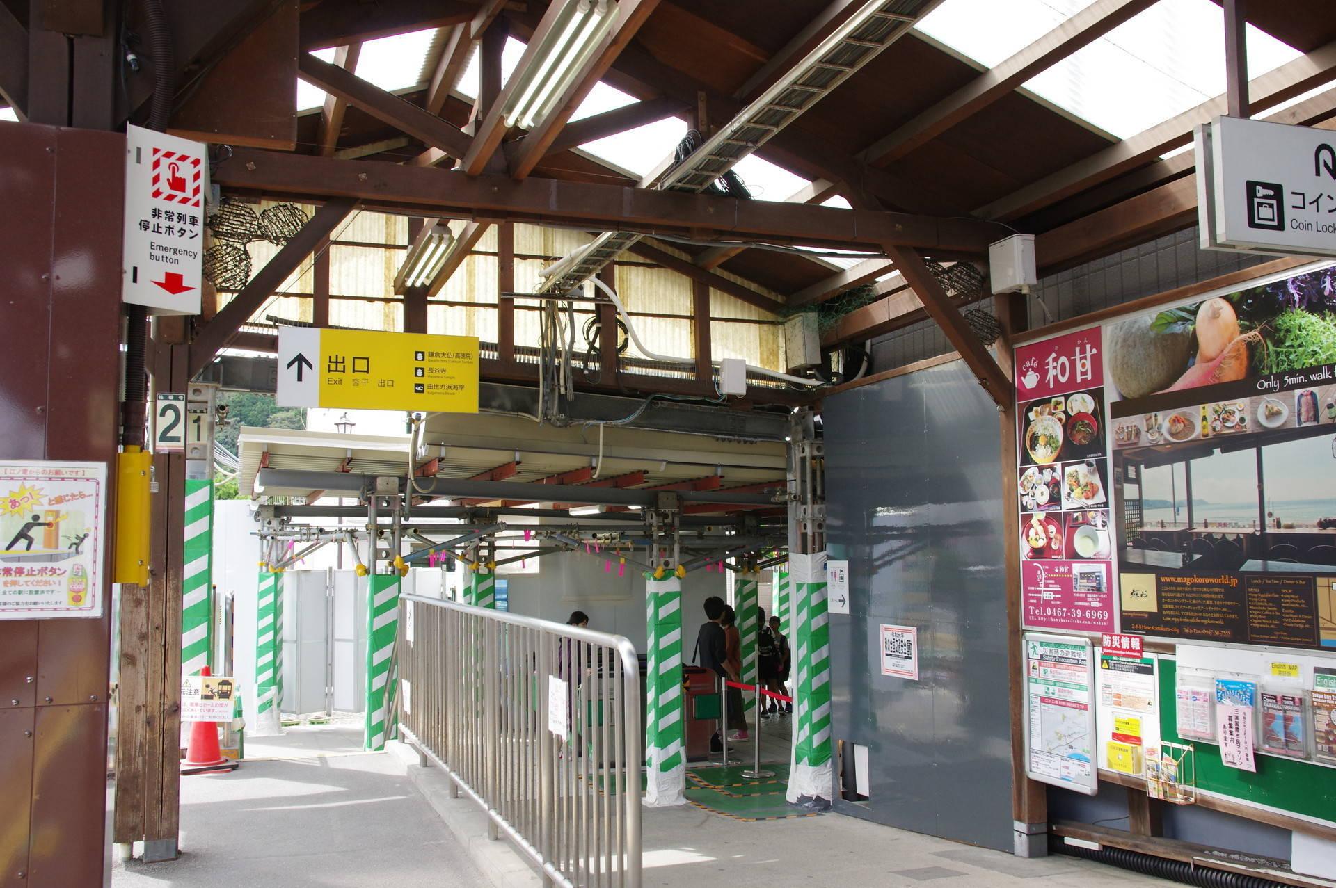 ホームと仮駅舎の接続部