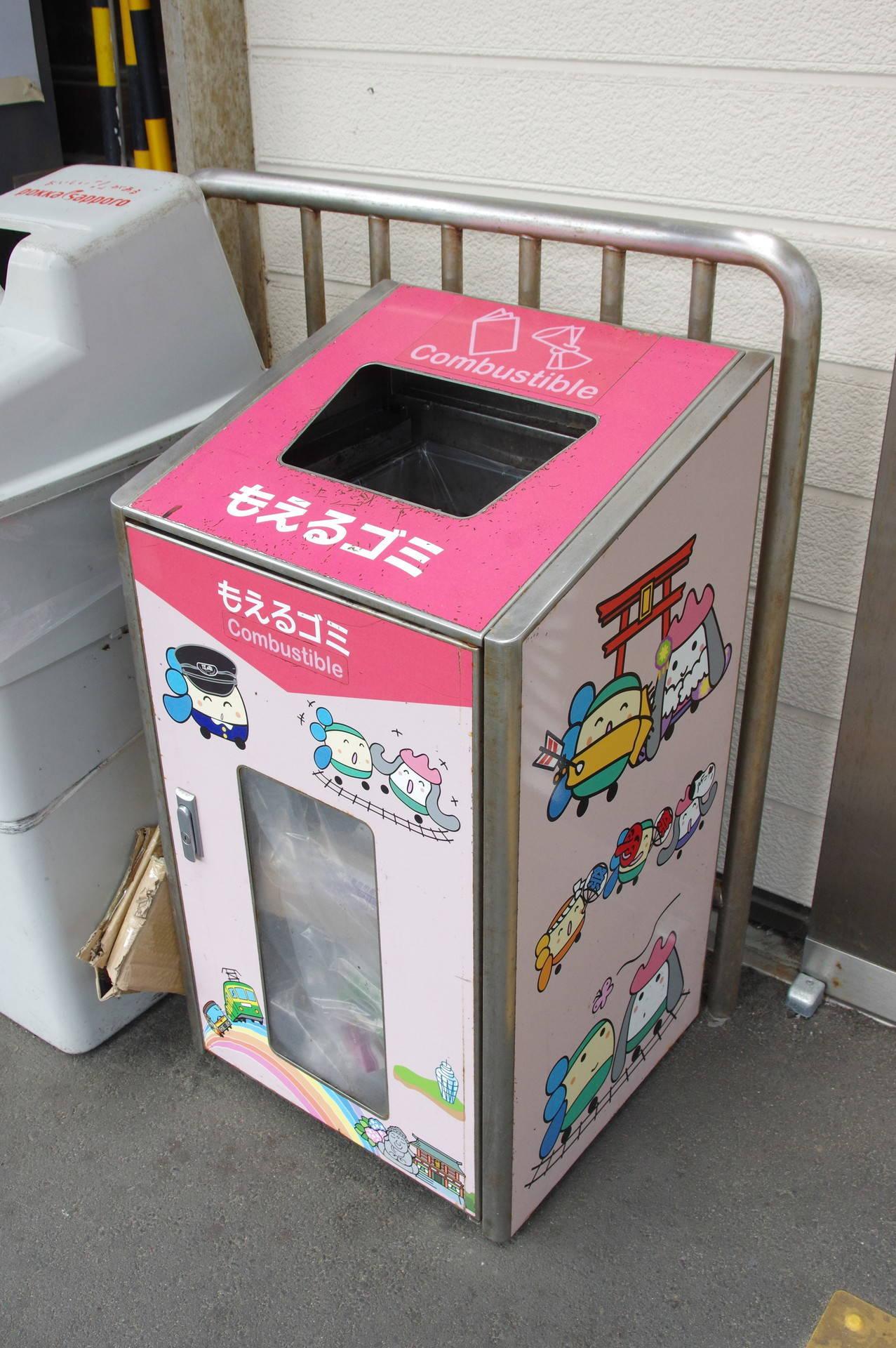 ピンク系カラーのゴミ箱