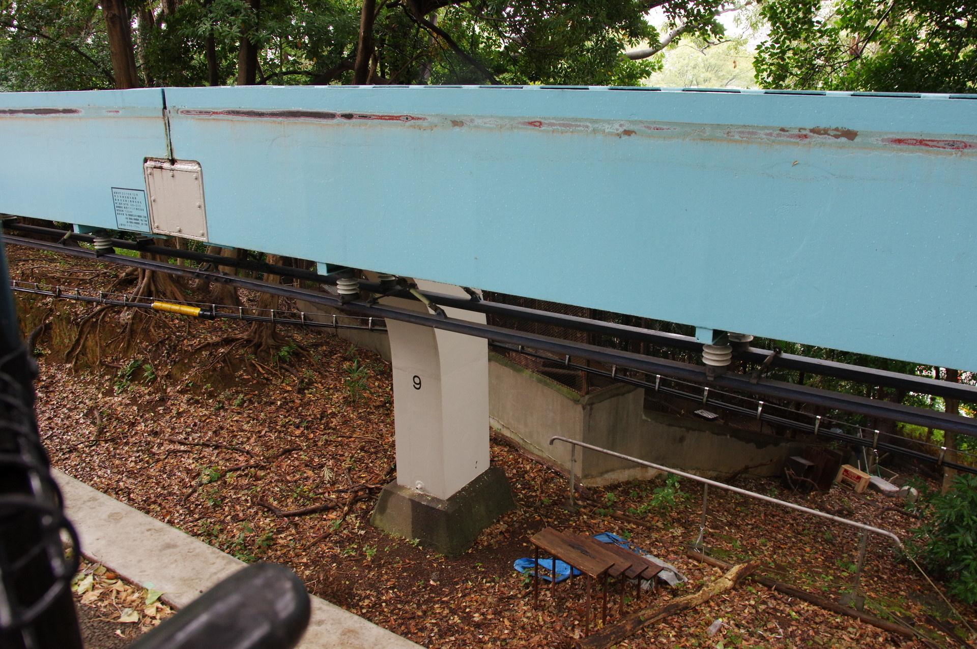 非常に短いタイプの9番橋脚と溝があるレール上面