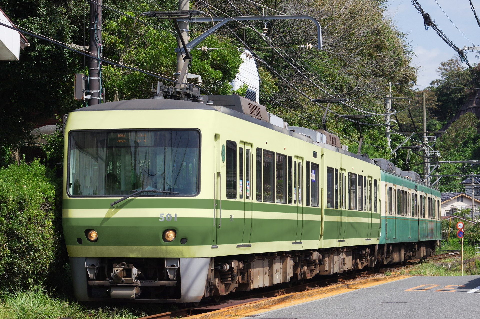 1000形旧色の江ノ電500形と、新色の1200形(ウソ電)
